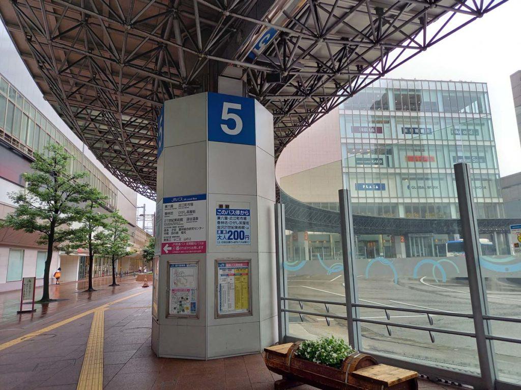 Galaxy A41の標準カメラで金沢駅のバスターミナルを撮影