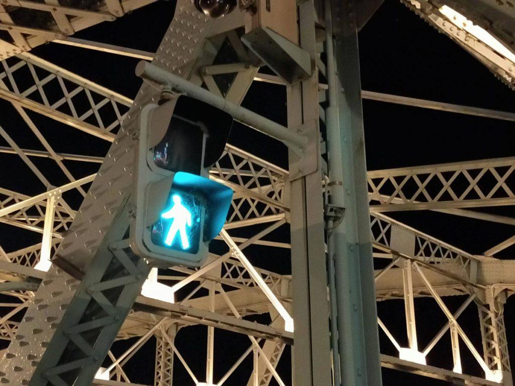 Reno3 Aのデジタルズームで夜の信号を撮影