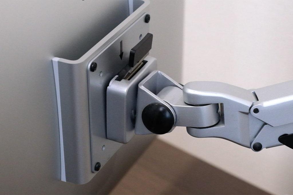 iMacをモニターアームに取り付ける