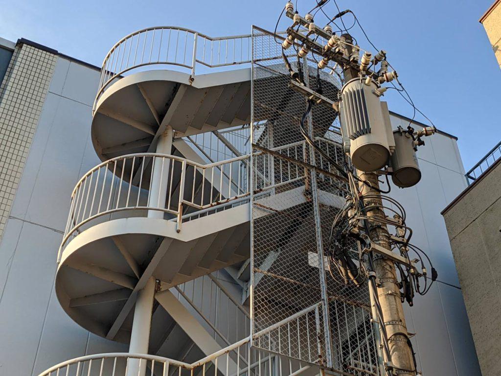 Pixel 4aのデジタルズームで螺旋階段を撮影