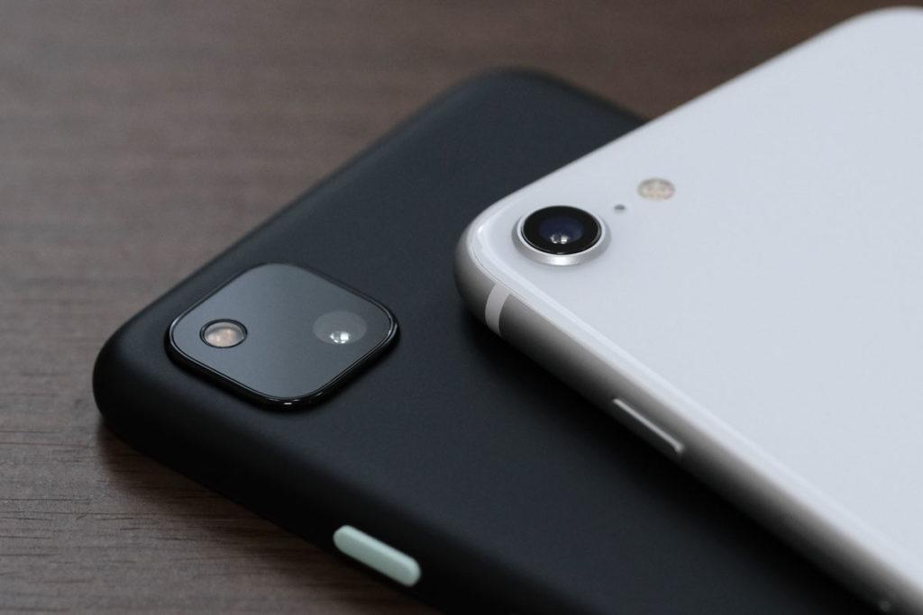 Pixel 4aとiPhone SEのリアカメラ
