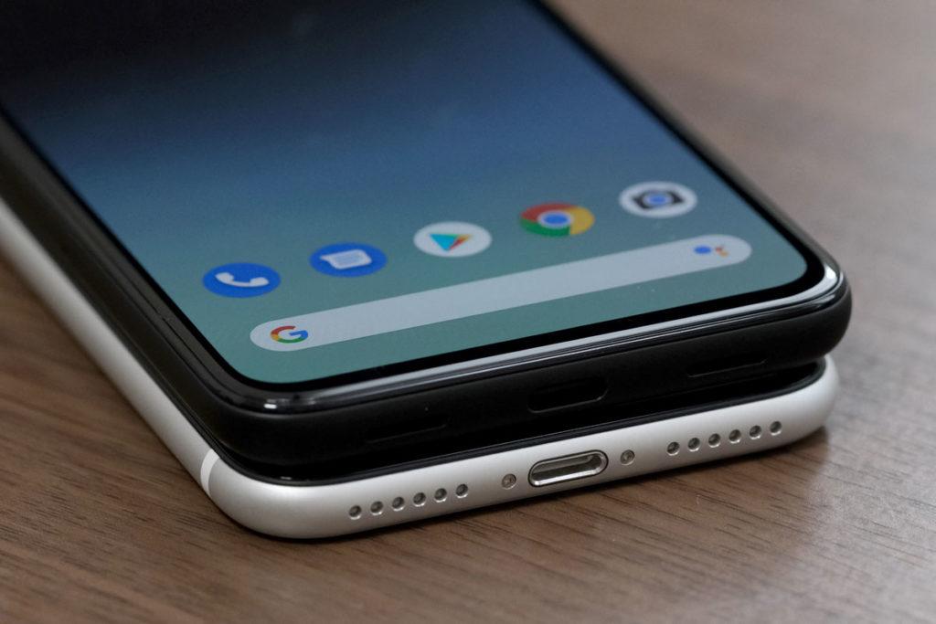 Pixel 4aとiPhone SEの充電ポート