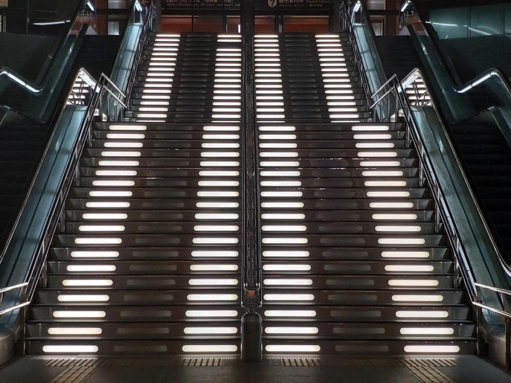 arrows 5G 望遠カメラで金沢駅の光る階段を撮影