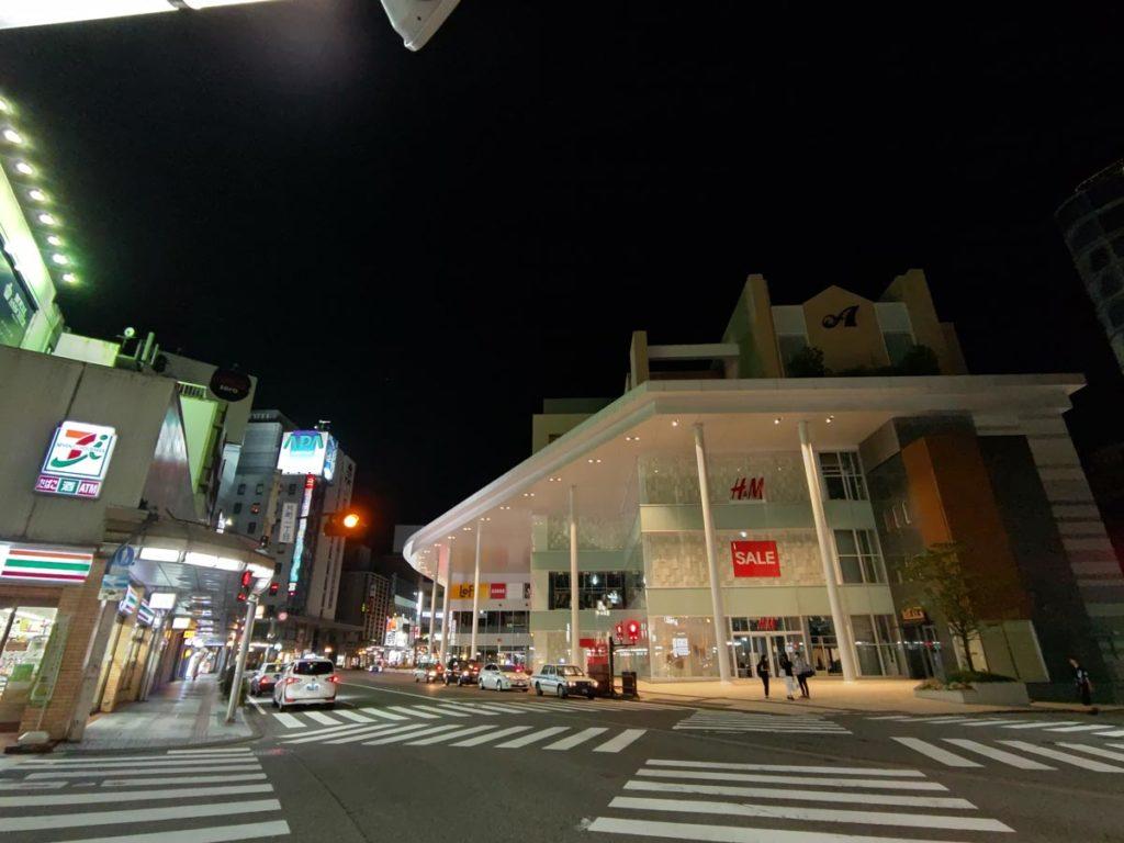 AQUOS R5Gの超広角カメラで夜の街を撮影
