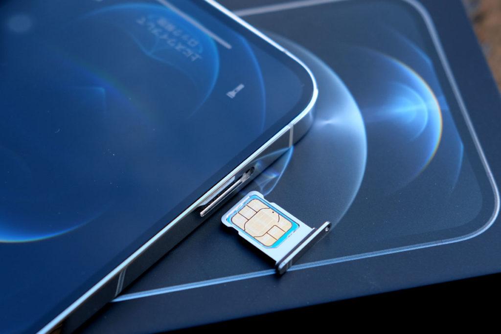 iPhone 12 ProのSIMカードスロット