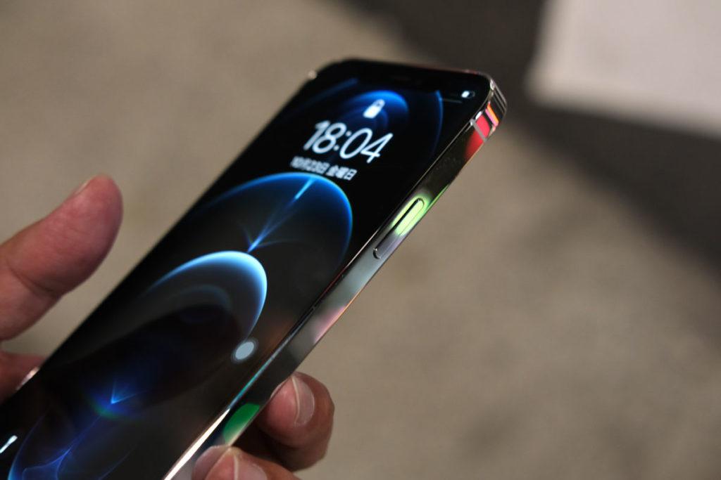 夜で使うiPhone 12 Proの輝き