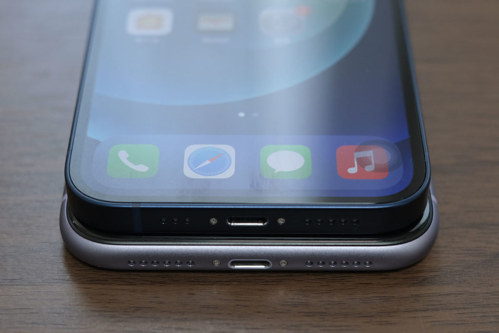 iPhone 12とiPhone 11の筐体サイズ比較
