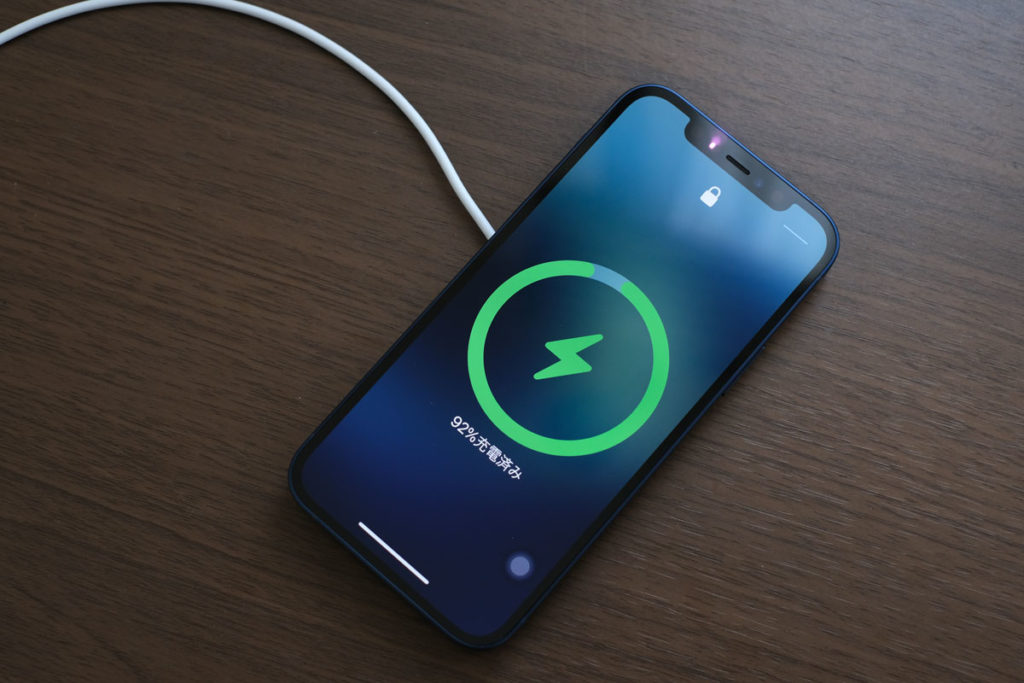 Magsafe充電器でiPhone 12を充電する