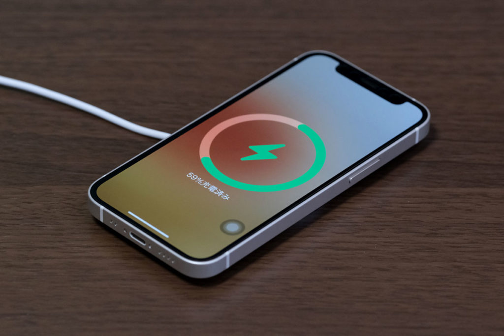 iPhone 12 miniをMagSafe充電する