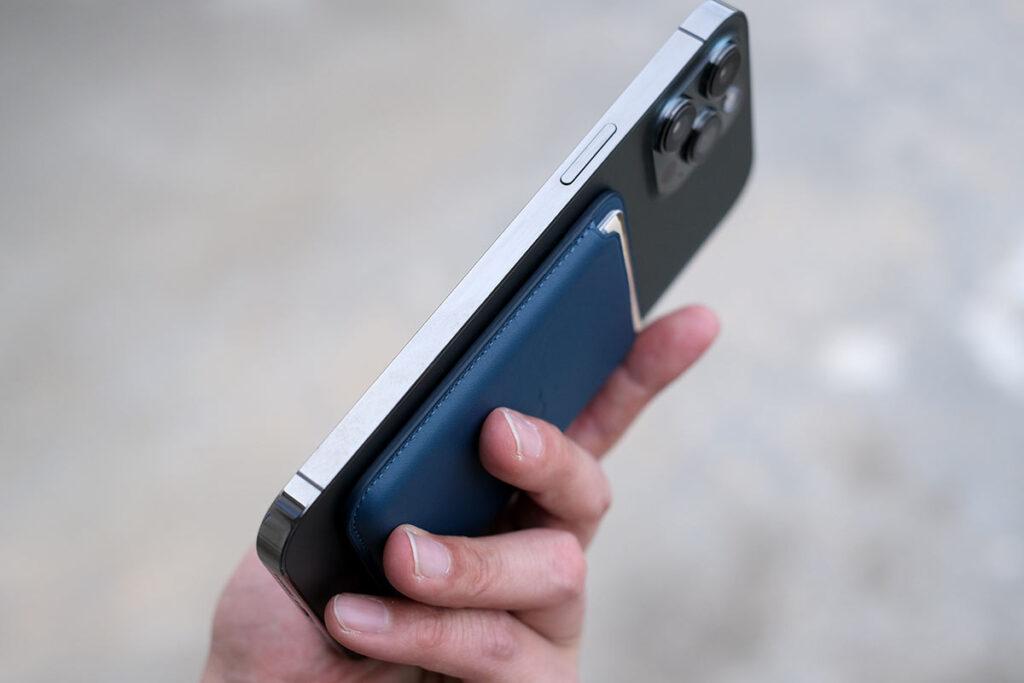 iPhoneレザーウォレットを使うとiPhoneが持ちやすくなる
