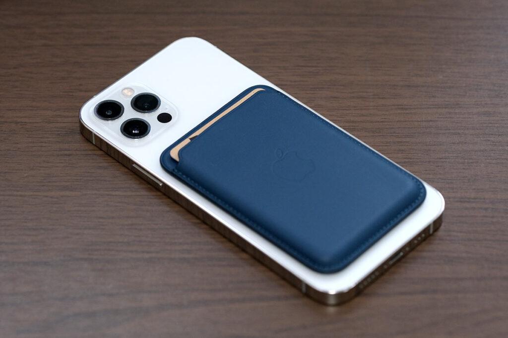 iPhoneレザーウォレットとiPhone 12 Pro