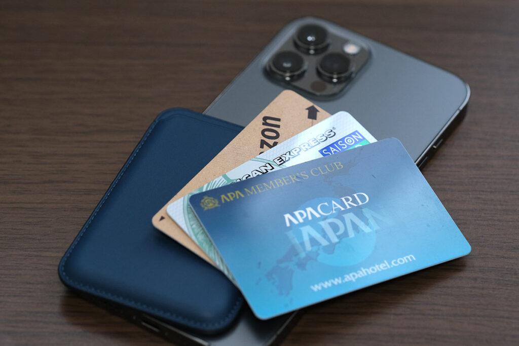 iPhoneレザーウォレットと3枚のカード