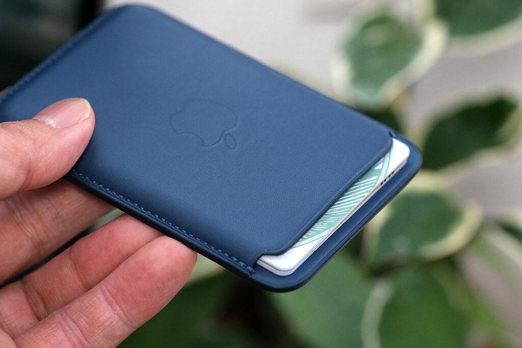 iPhoneレザーウォレットにカードを入れる