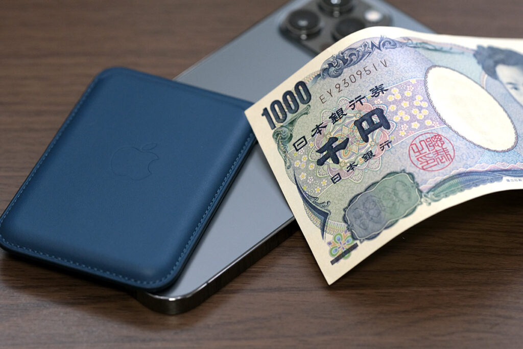 iPhone レザーウォレットは紙幣も入れられる