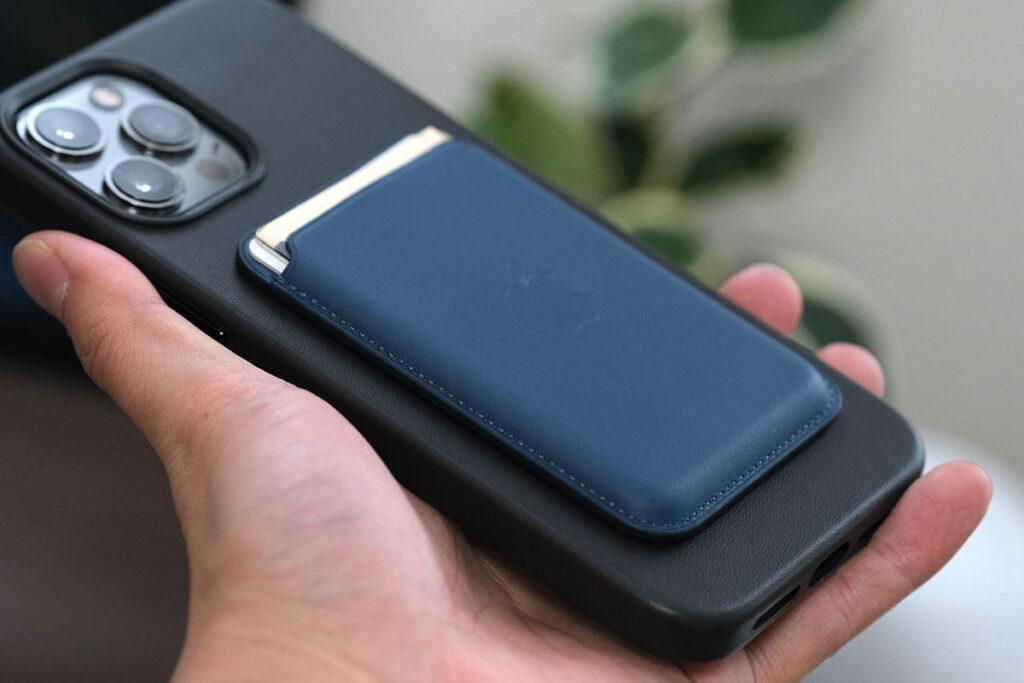 レザーケースにiPhoneレザーウォレットを装着