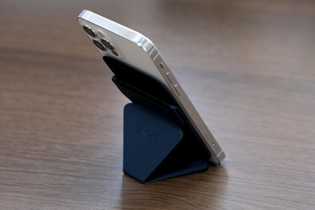 MOFTスタンドウォレットでiPhoneをスタンド