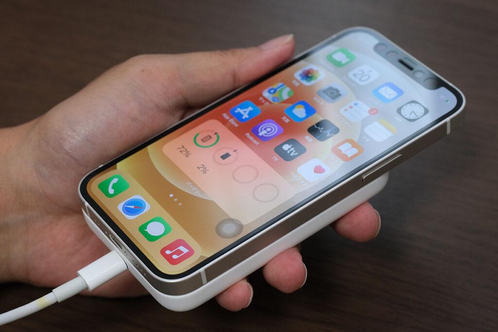 MagSafeバッテリーパックとiPhone 12を同時充電