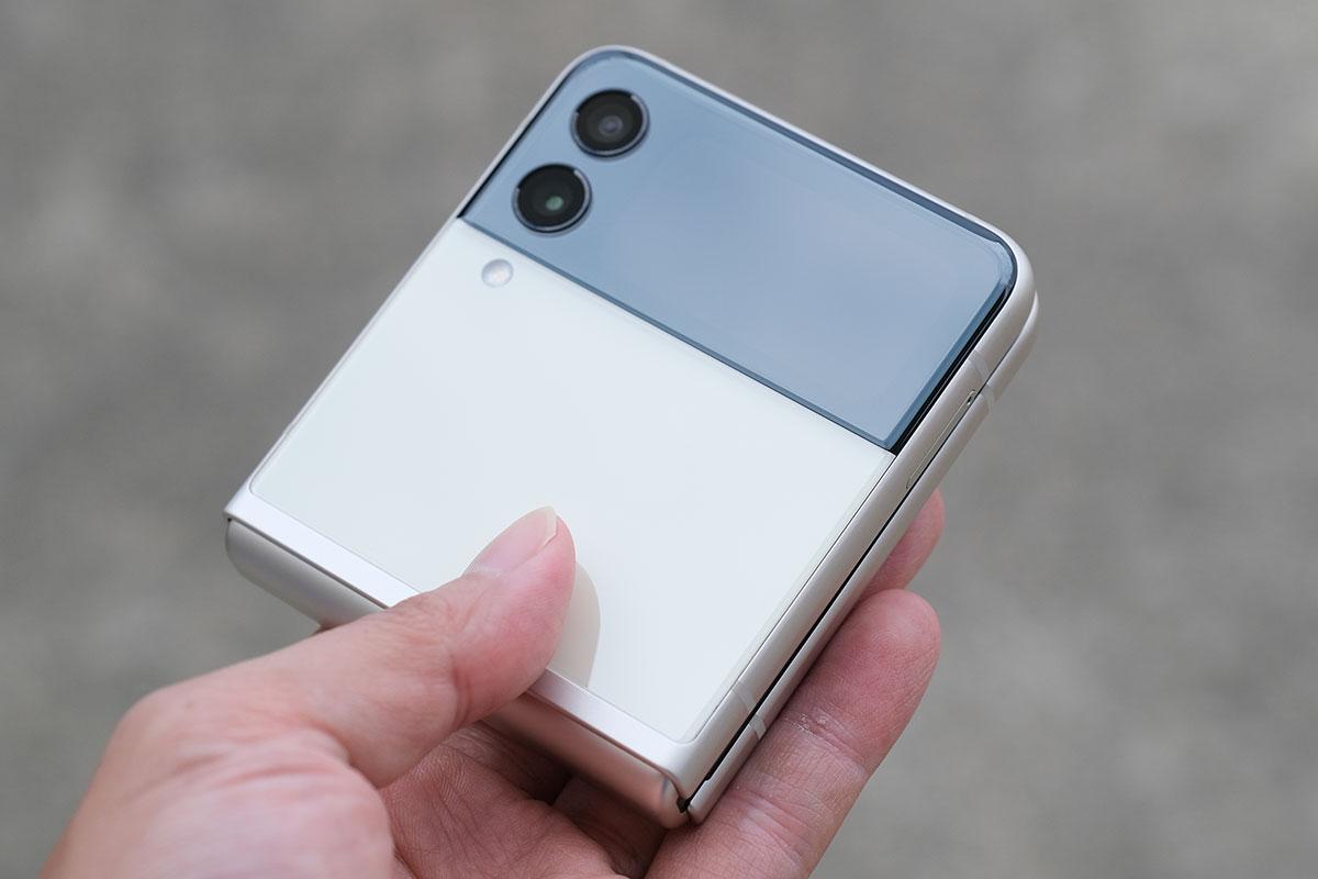 Galaxy Z Flip3 折り畳んだ状態(カメラ側)